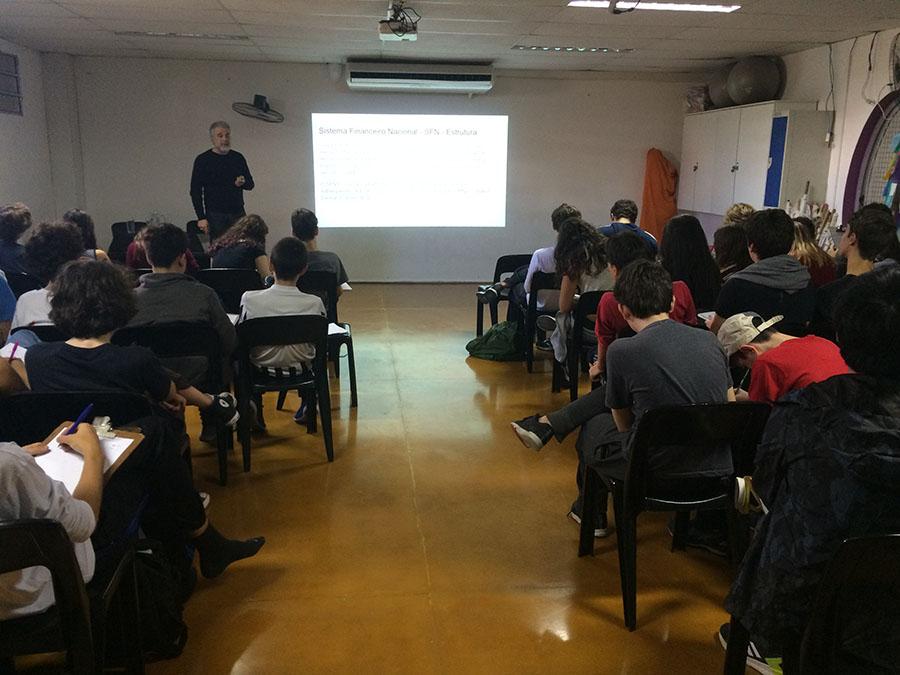 alunos do 9º ano assistem a palestra sobre mercado financeiro