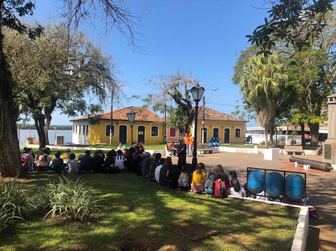 Turma na praça conversando com moradores da Ilha do Cardoso