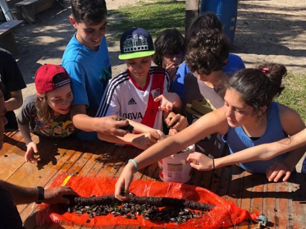 Alunos aprendendo a limpar mexilhões na Ilha do Cardoso